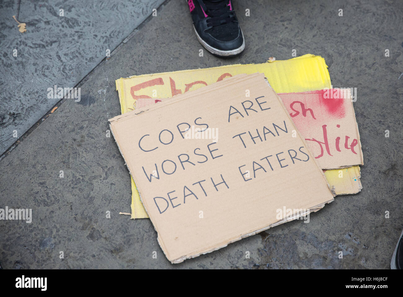London, UK. 29th October, 2016. Placards on the ground before the United Families and Friends Campaign (UFFC) annual - Stock Image