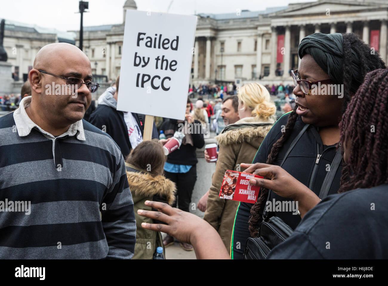 London, UK. 29th October, 2016. Zia Ullah (l), cousin of Habib Ullah, and Janet Alder (r), brother of Christopher - Stock Image