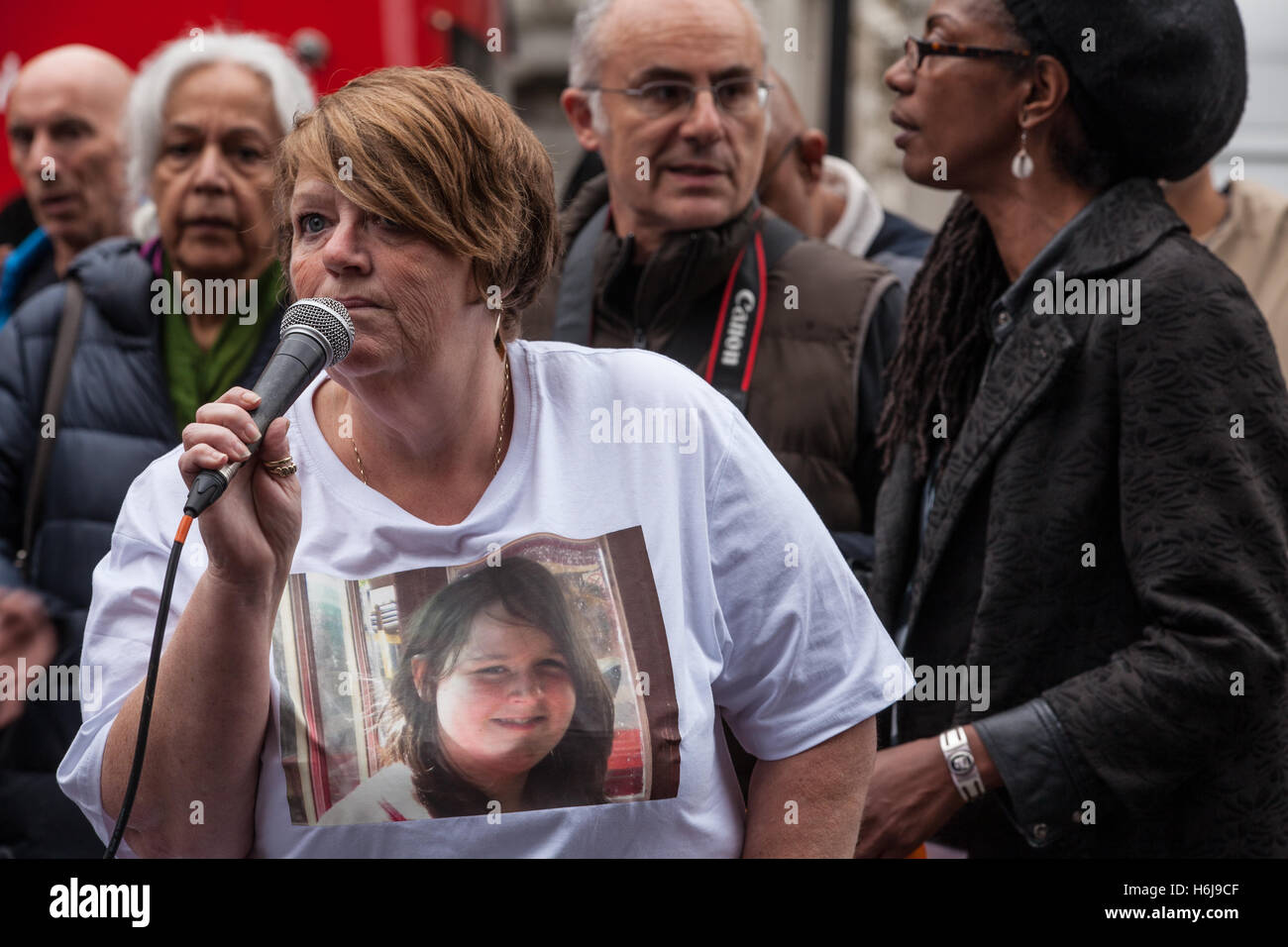 London, UK. 29th October, 2016. Tania El-Keria, mother of Amy El-Keria, addresses campaigners from the United Families - Stock Image
