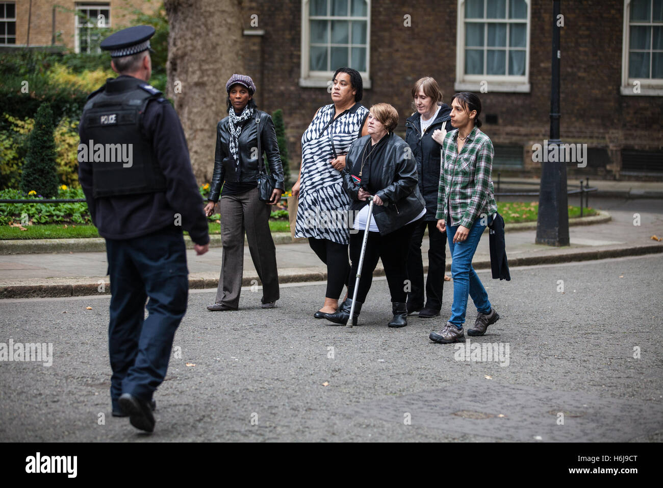 London, UK. 29th October, 2016. Family members from the United Families and Friends Campaign (UFFC) present a letter - Stock Image