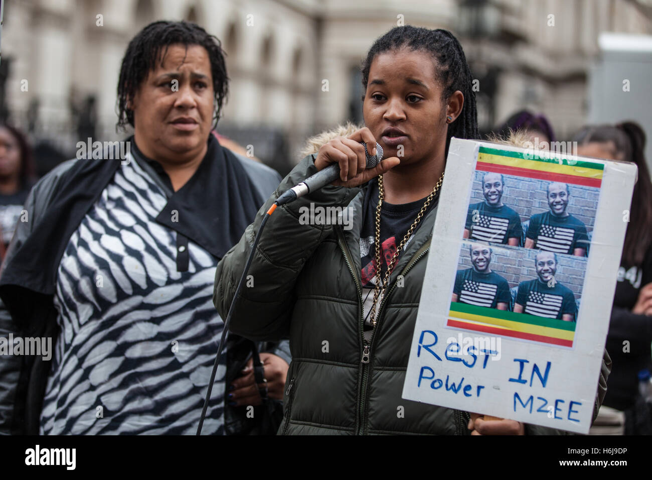 London, UK. 29th October, 2016. The cousin of Mzee Mohammed stands with his mother as she addresses campaigners - Stock Image