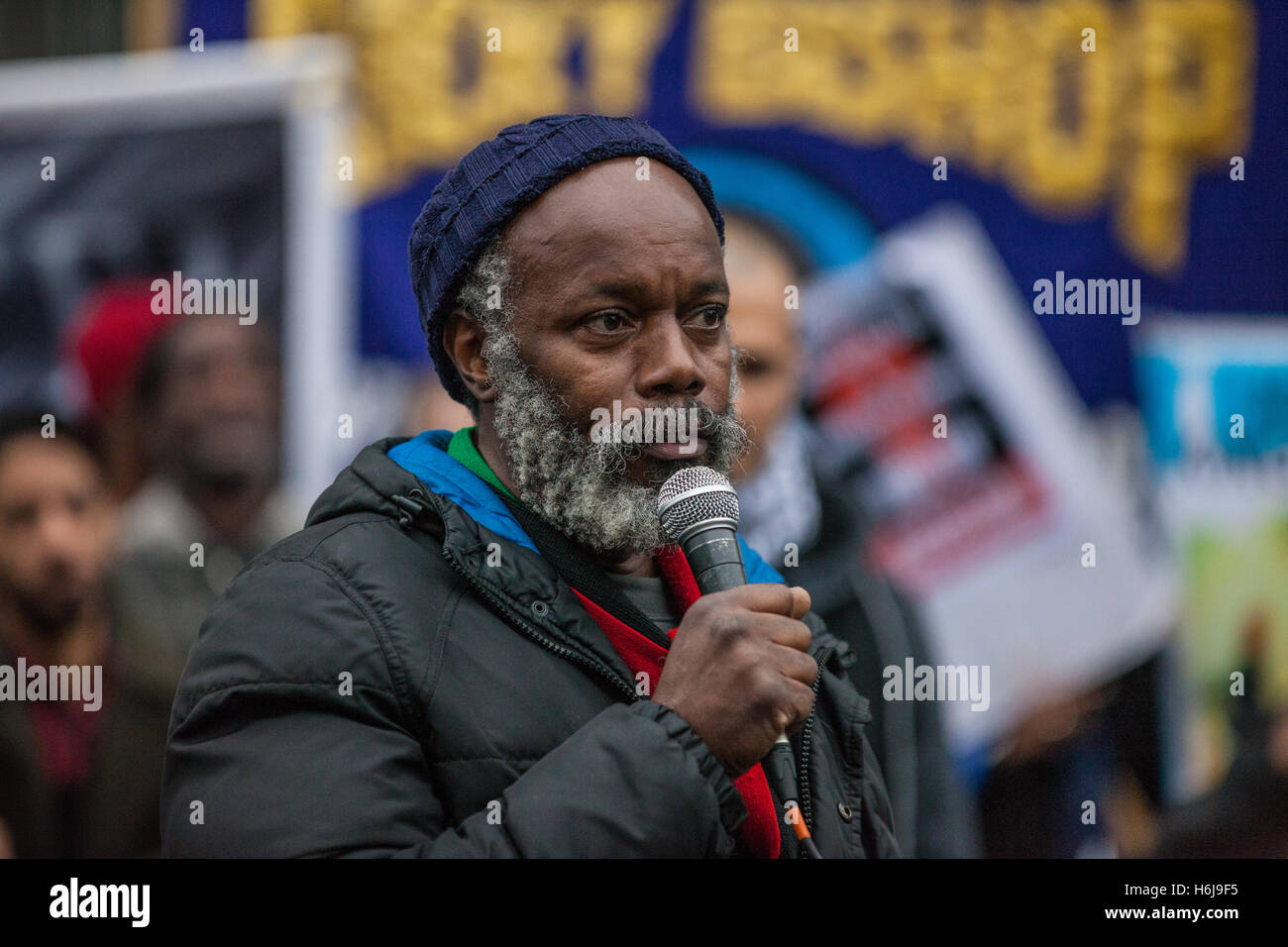 London, UK. 29th October, 2016. Brother Minka of the Pan African Community Forum addresses campaigners from the - Stock Image