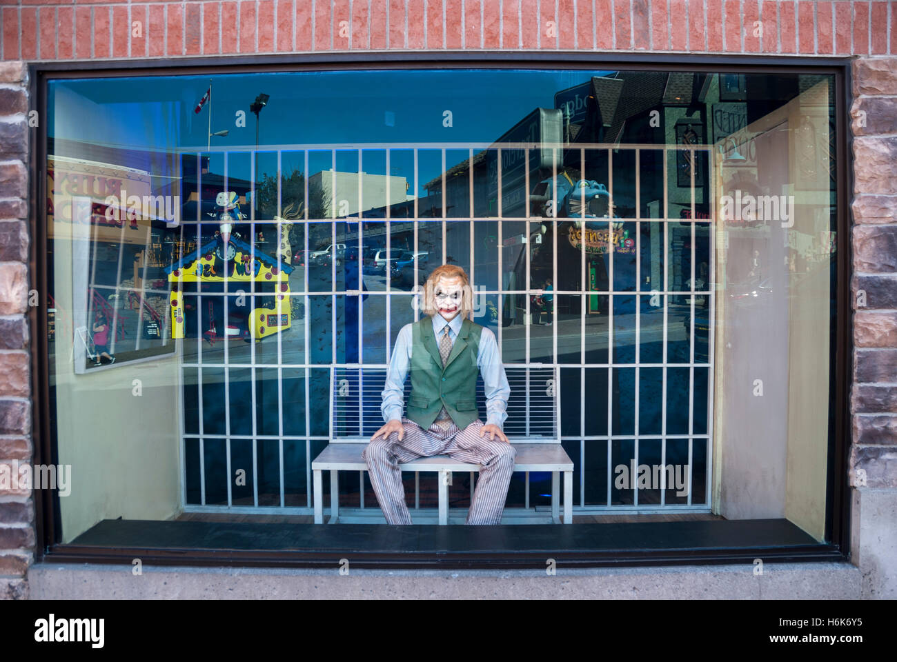 A wax model of Heath Ledger as the Joker in a street window display at the Movieland wax museum in Niagara Falls - Stock Image