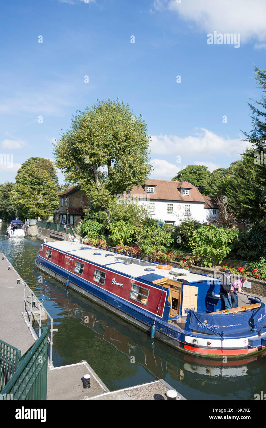 Canal boat leaving Boulter's Lock, River Thames, Maidenhead, Berkshire, England, United Kingdom Stock Photo