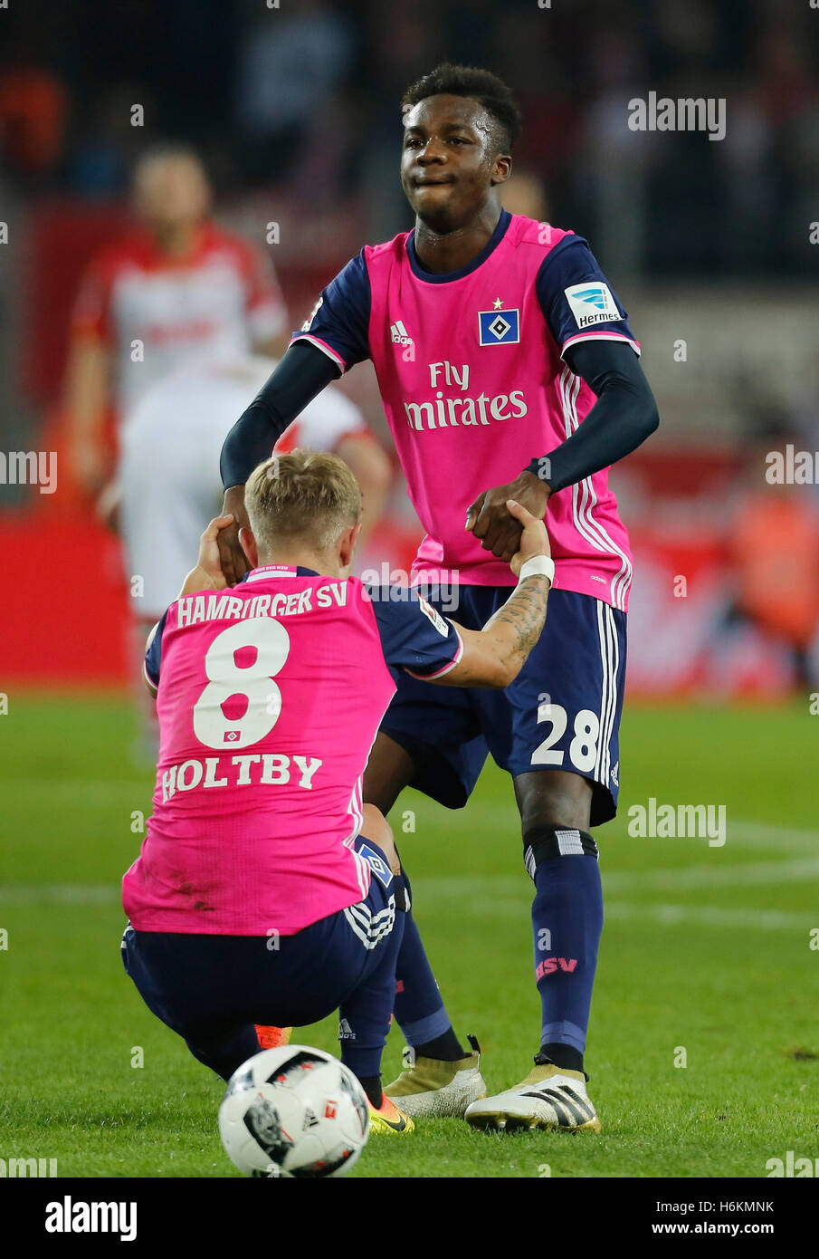 Cologne, Germany 30.10.2016, Bundesliga matchday 9, 1. FC Koeln - Hamburger SV:  Gideon Jung (Hamburg, R) hilft - Stock Image