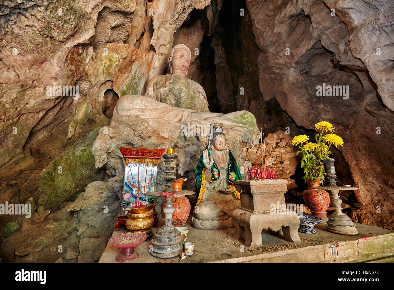 Seated Buddha statue in Tang Chon Cave. Thuy Son Mountain, The Marble Mountains, Da Nang, Vietnam. - Stock Image