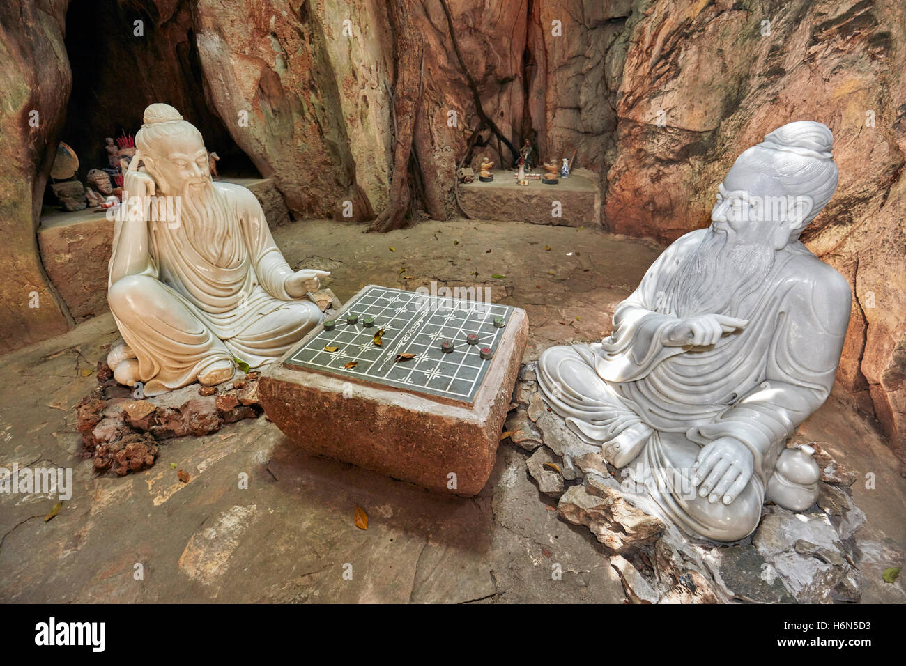 Two wise men playing Xiangqi (Chinese chess) – sculpture in Ban Co (Chess Board) Grotto in Tang Chon Cave. The Marble - Stock Image