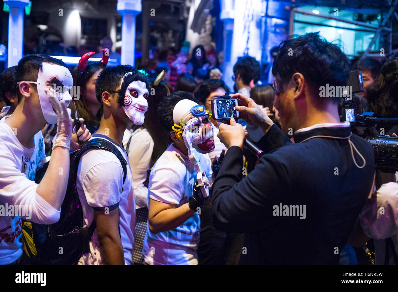 hong kong, hong kong. 31st oct, 2016. lan kwai fong halloween street