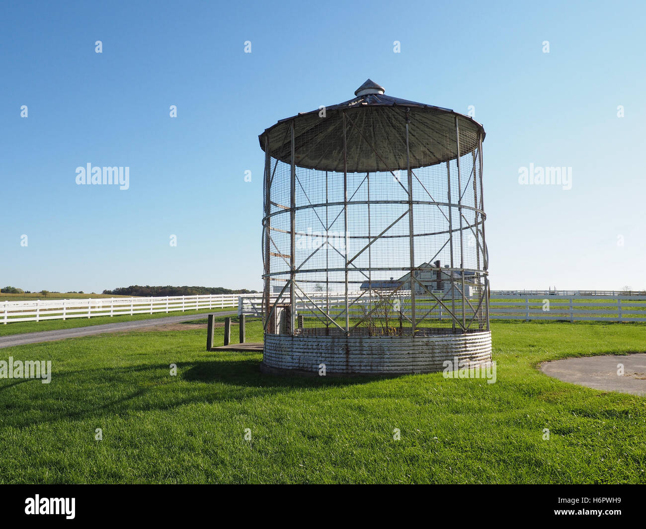 an old grain silo sits unused - Stock Image