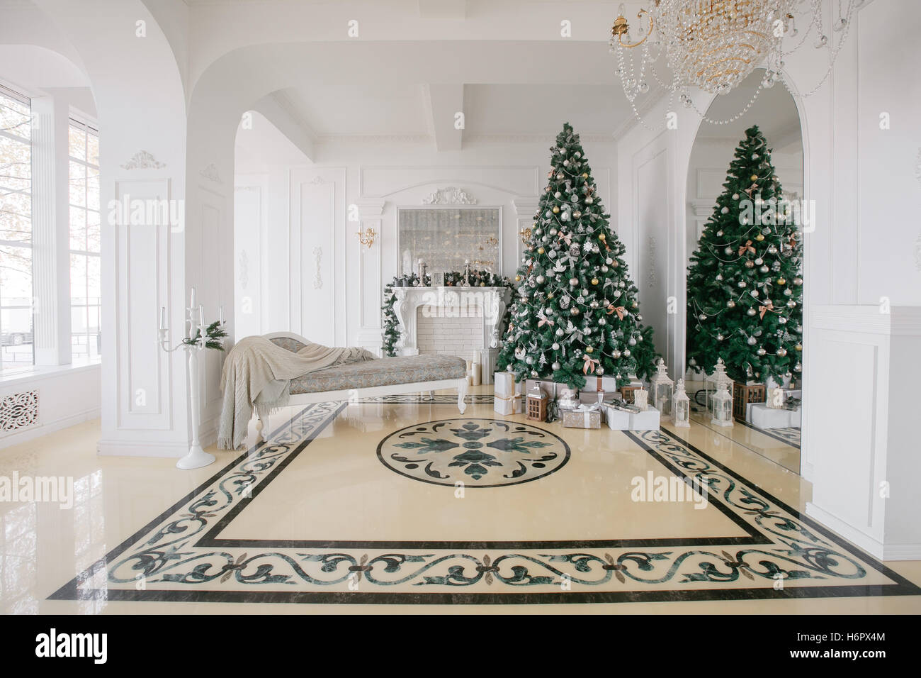 christmas morning classic luxury apartments with a white fireplace rh alamy com