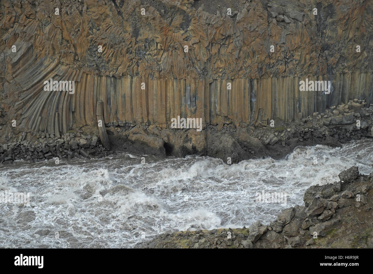 Classic columnar jointing in basalt with almost leaf-like entablature above it, Aldeyjarfoss, central Iceland. - Stock Image