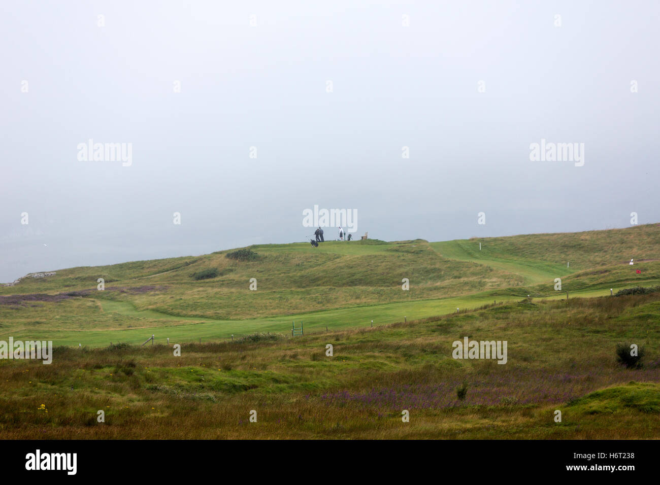 Golf players at St Patrick's Golf Links, Carrigart, Co. Donegal, Ireland. - Stock Image