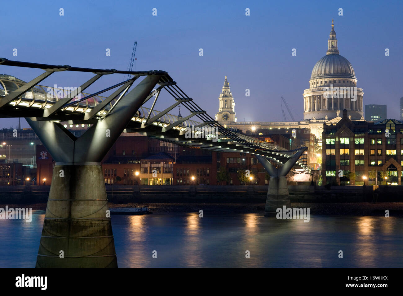 Millennium Bridge over the Thames and St. Paul's Cathedral at night, London, England, United Kingdom, Europe - Stock Image