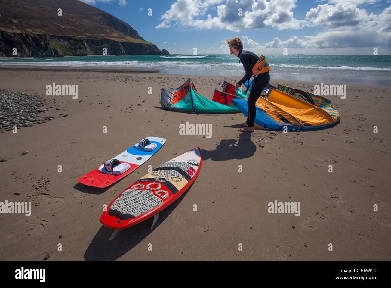 Francois Colussi preparing to kitesurf from Keel Strand, Achill Island, County Mayo, Ireland. - Stock Image