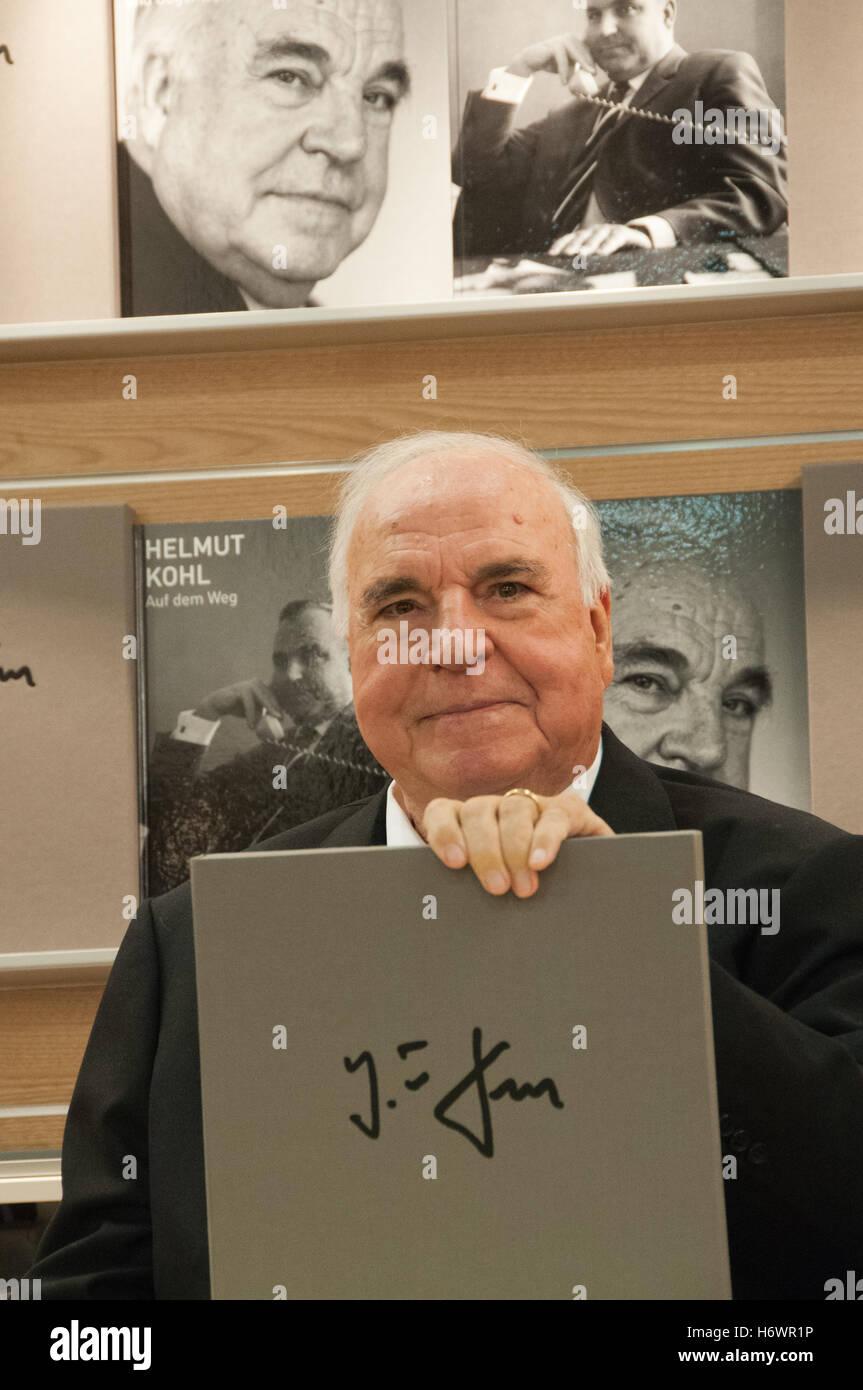 'Vom Mauerfall zur Wiedervereinigung', Erinnerung von Helmut Kohl, präsentiert auf der Buchmesse Frankfurt - Stock Image