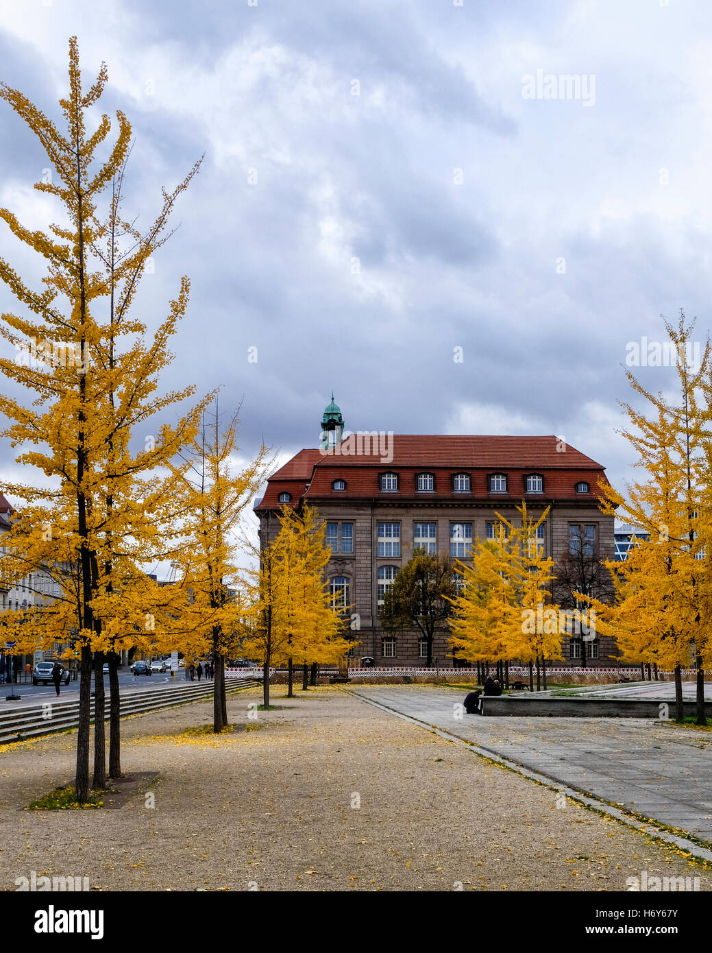 Invalidenpark, Berlin. Federal Ministry for Economic Affairs and Energy building exterior with golden gingko trees - Stock Image