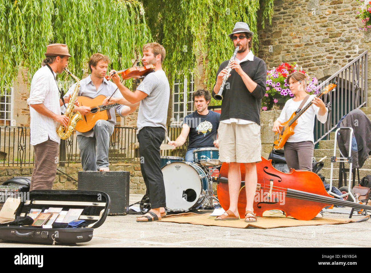 Street entertainers or Buskers in the medieval french town of Dinan - Stock Image