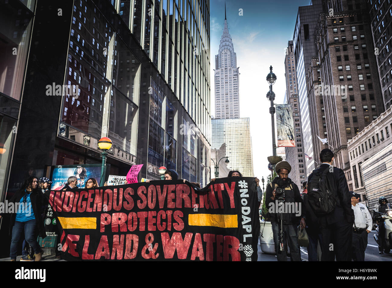 New York, USA. 1st November, 2016. Hundreds of New Yorkers gathered at Grand Central Station in solidarity with - Stock Image
