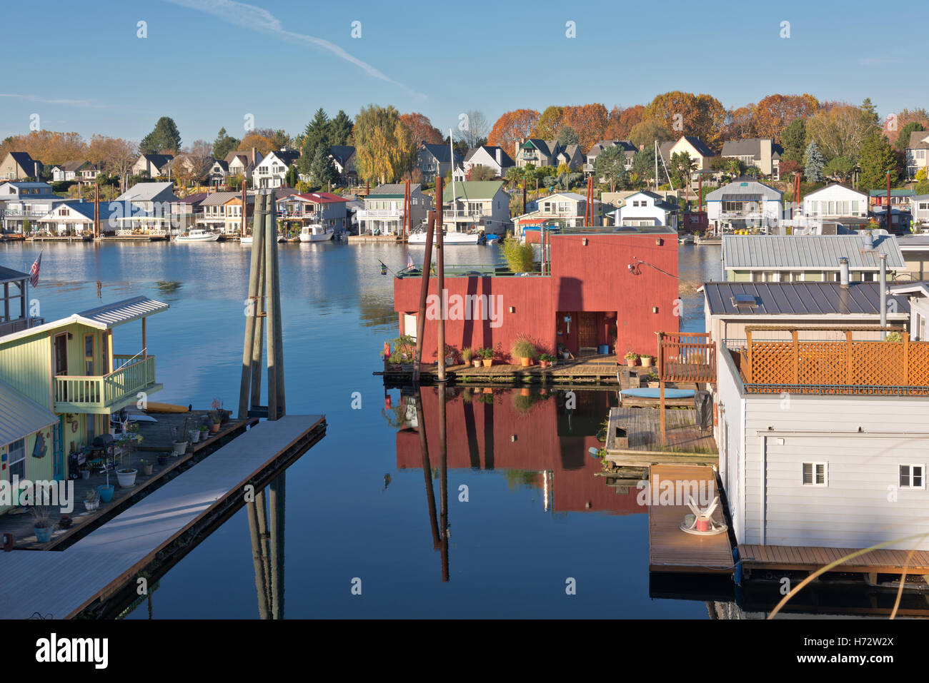 Floating homes and docked boats in Portland Oregon. - Stock Image