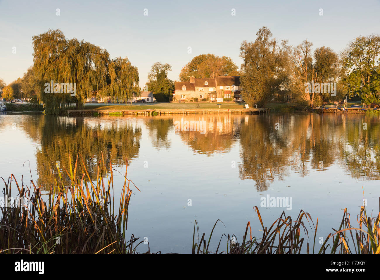 Overcote, Cambridgeshire UK, 2nd November 2016.  The Pike and Eel pub is bathed in golden autumn sunshine on the - Stock Image