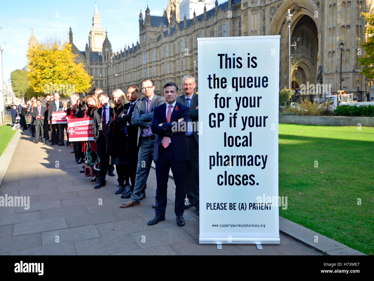 London, UK. 2nd November, 2016. Shadow Health Secretary Jon Ashworth MP at the front of the queue to campaign against - Stock Image