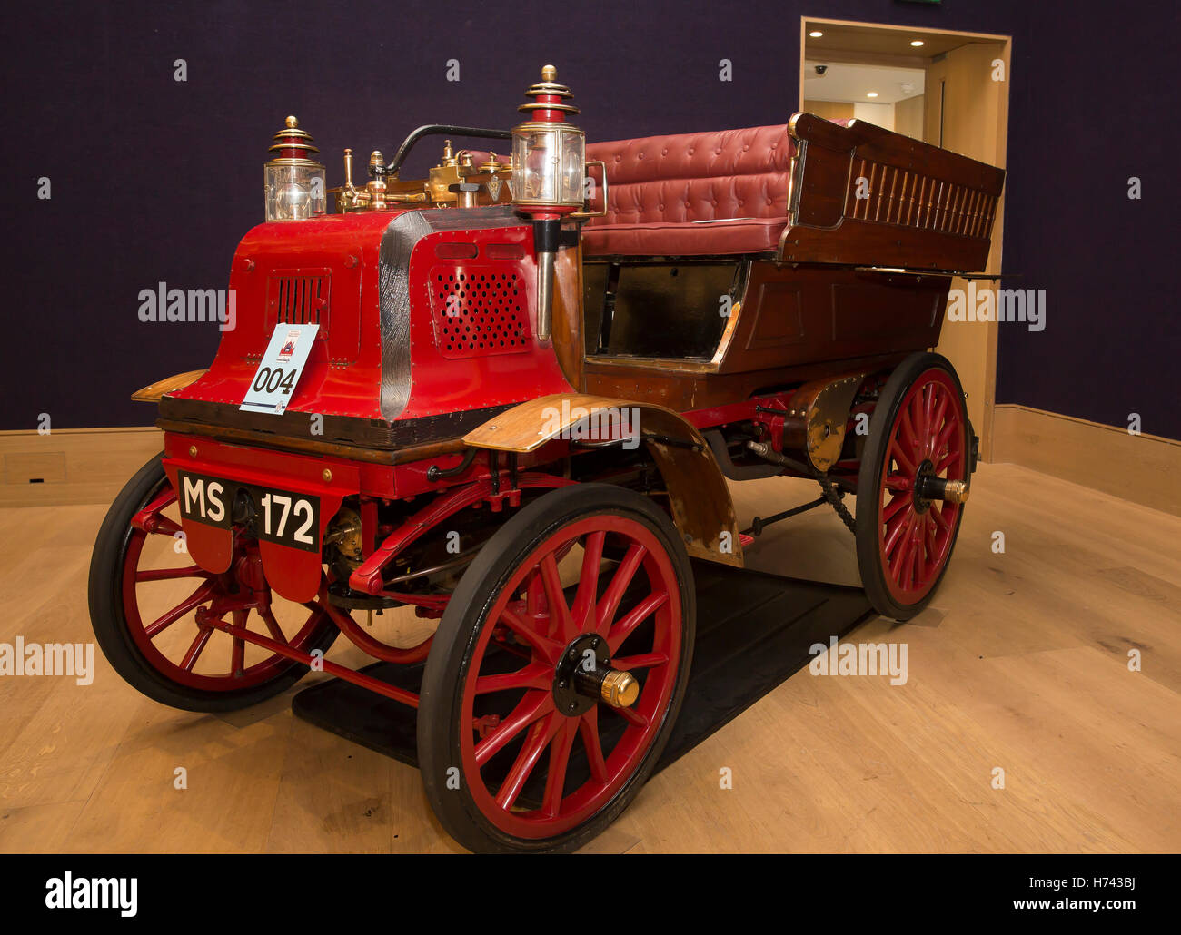 London, UK. 3rd Nov, 2016. 1897 Daimler Rougemont wagonett on ...