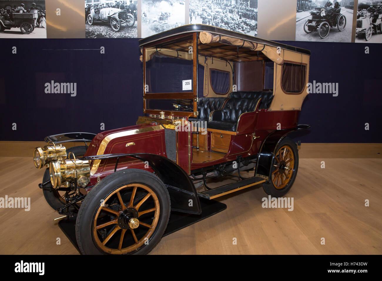 London, UK. 3rd Nov, 2016. 1904 Aster 4 seat tonneau on display ...