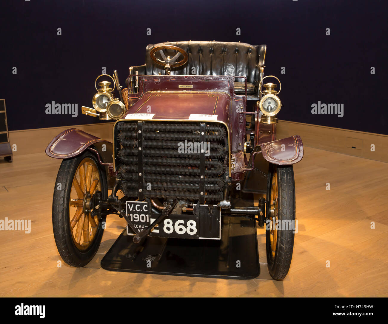 London, UK. 3rd Nov, 2016. 1904 DECAUVILLE TWIN -CYLINDER on display ...