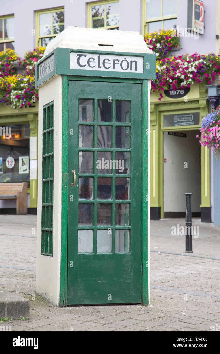 Traditional Telefon - Telephone Cabin, Westport; Ireland - Stock Image
