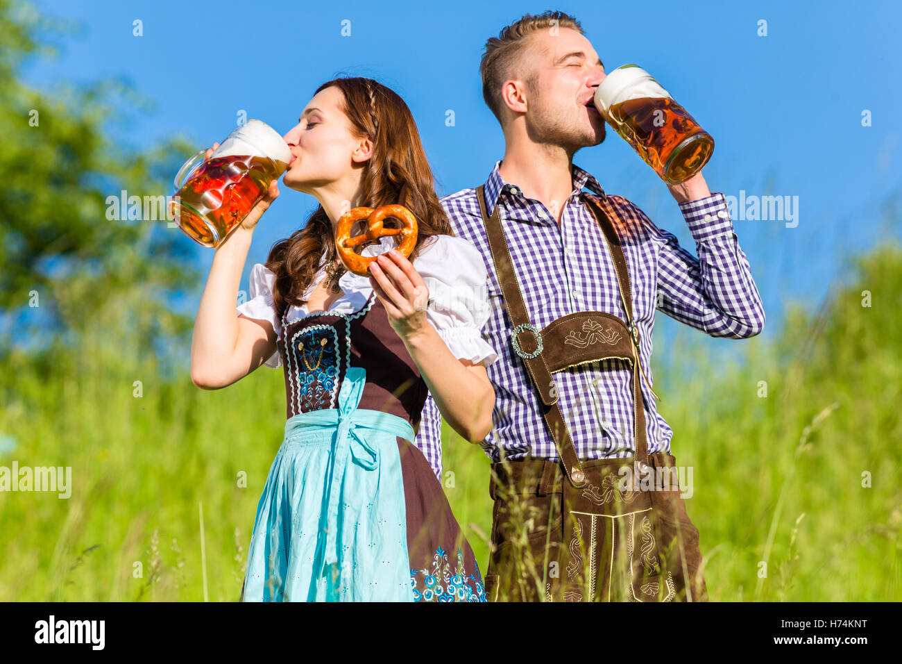 woman friendship beautiful beauteously nice drink drinking bibs spare time free time leisure leisure time park green - Stock Image