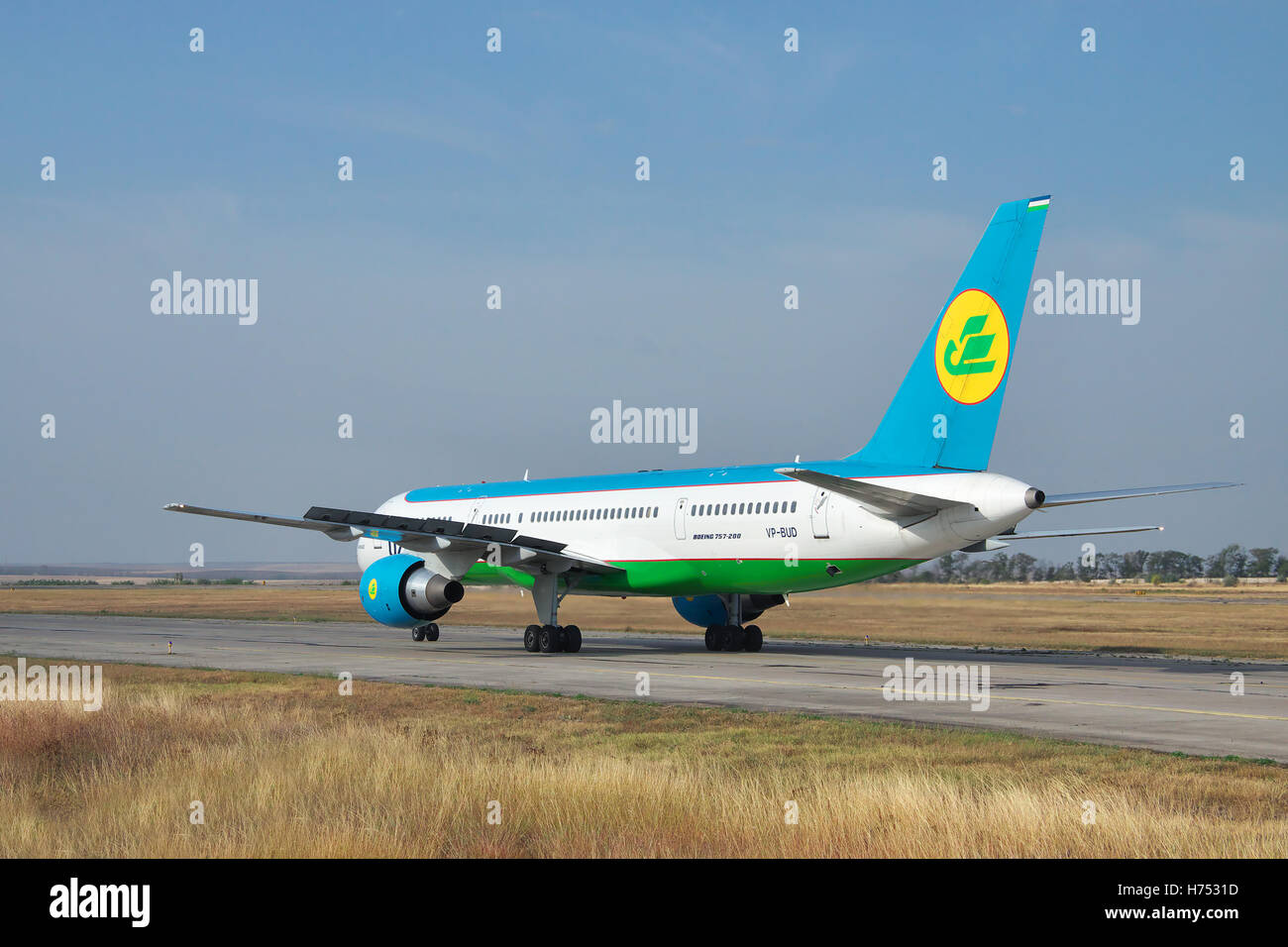 Simferopol, Ukraine - September 13, 2010: Uzbekistan Airways Boeing 757 taxiing along the taxiway after landing - Stock Image