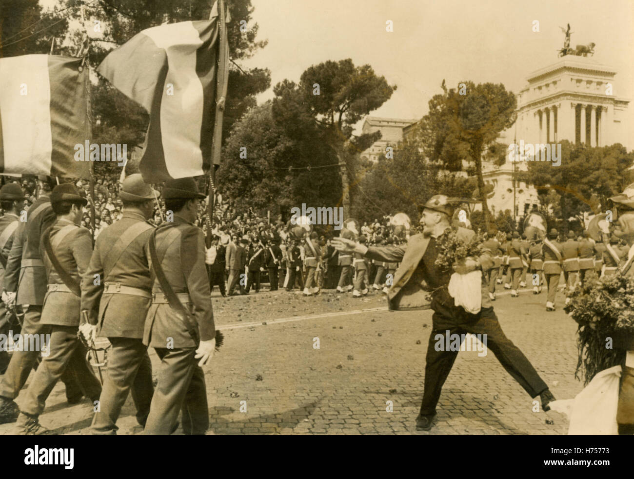 Veteran alpine soldier throws flowers to the Italian Army troops, Rome, Italy 1975 - Stock Image