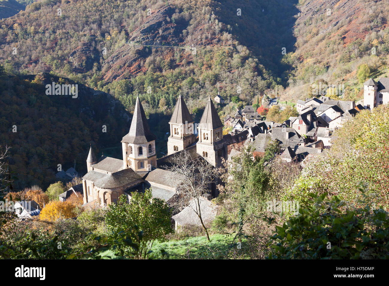 A high-angle shot on the village of Conques (France) by an Autumnal morning. Contre-plongée sur Conques par - Stock Image