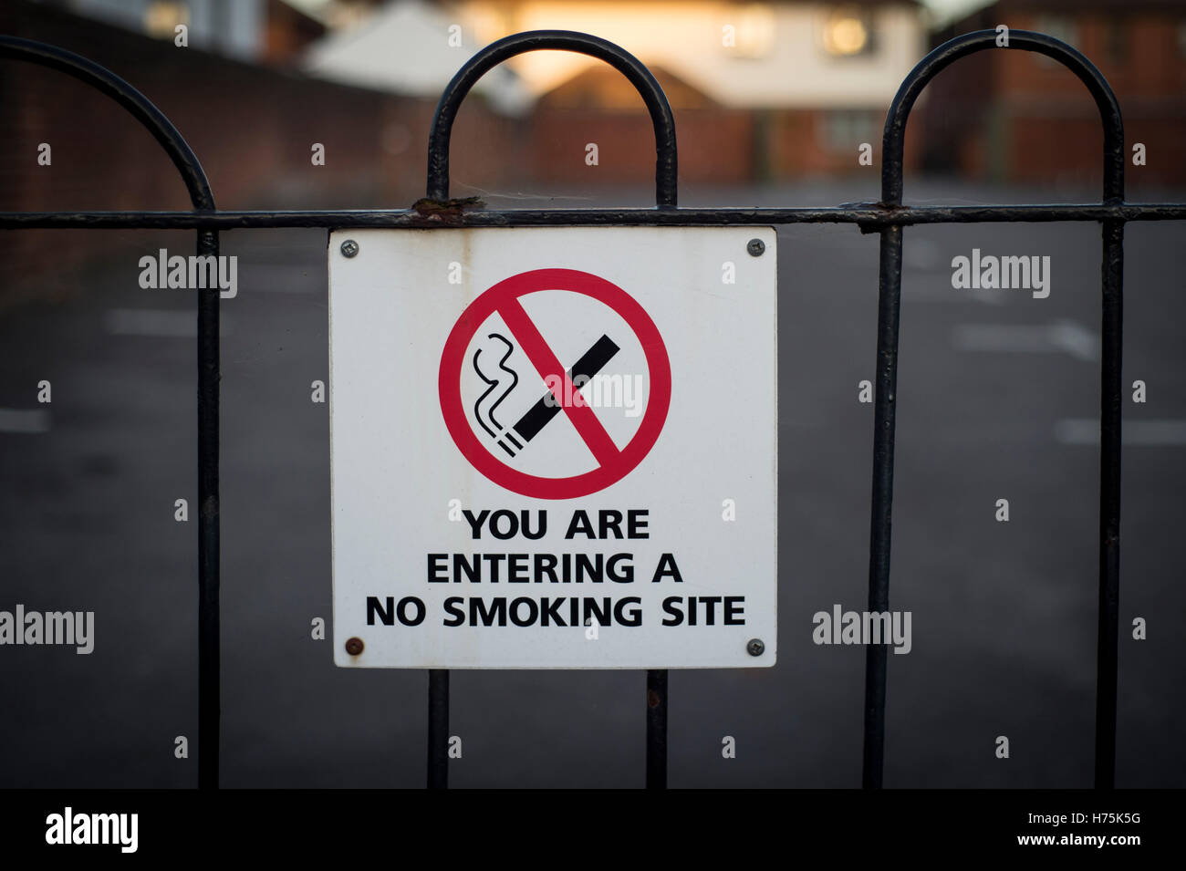 you are entering a no smoking site, sign on a fence - Stock Image