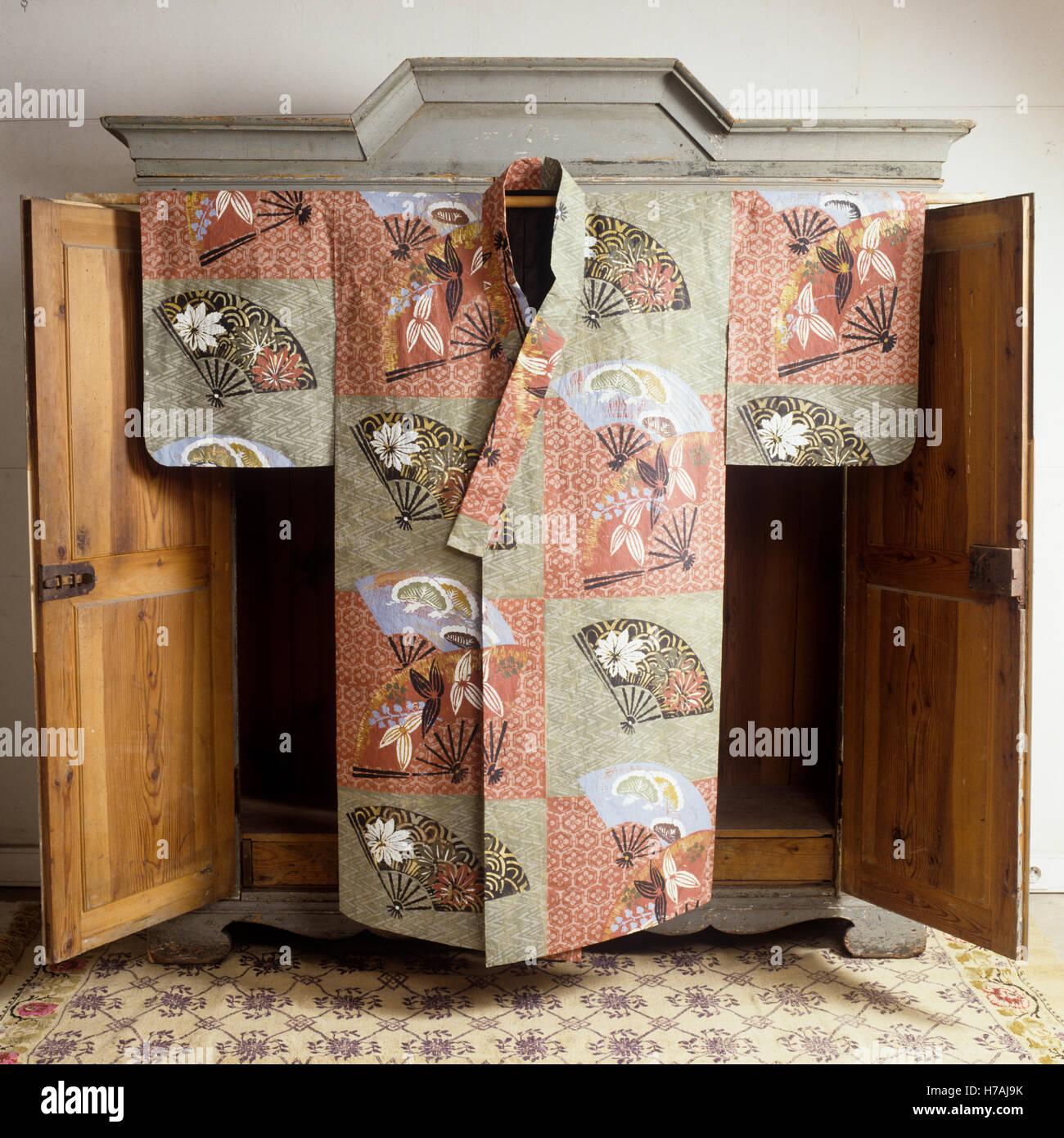 Kimono with fan shaped motif, historical replica paper costume by Isabelle de Borchgrave - Stock Image