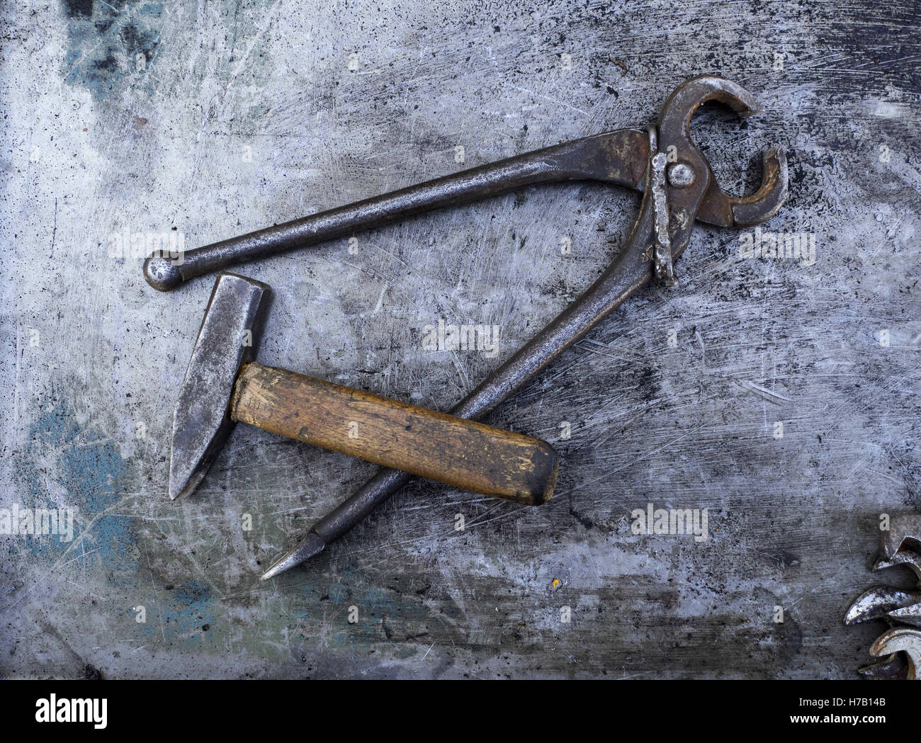 November 3, 2016 - Old rusty himmer and Pincer Pliers on metal background © Igor Golovniov/ZUMA Wire/Alamy - Stock Image
