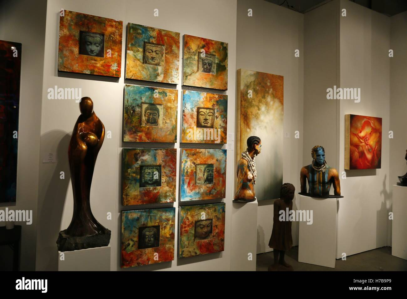 Chicago, Chicago, USA. 3rd Nov, 2016. Photo taken on Nov. 3, 2016 shows artworks displayed in an exhibition hall - Stock Image