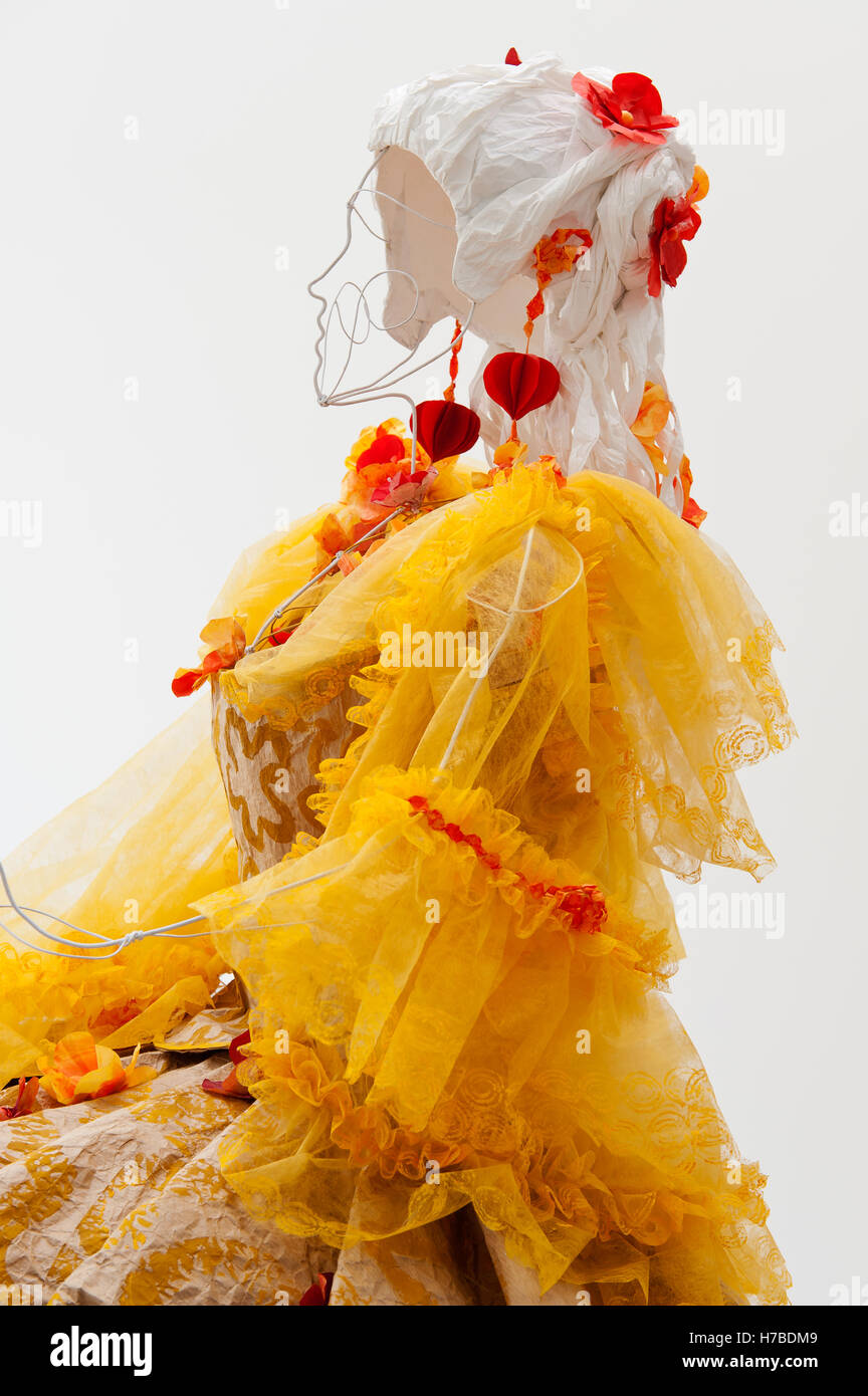 Dress with sleeves in yellow netting, historical replica paper garments by Isabelle de Borchgrave - Stock Image