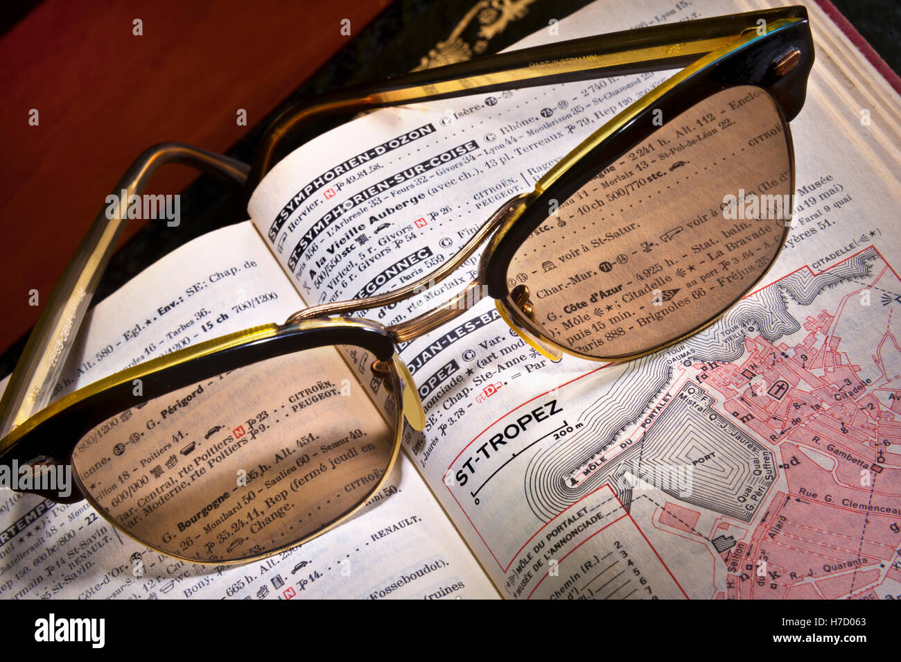 1950's Vintage retro Zeiss sunglasses on old 50s-60s French Guide Michelin travel guide book on St-Tropez page - Stock Image