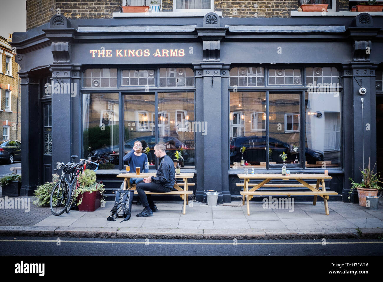 Men drinking beer outside the Kings Arms pub, Bethnal green, London - Stock Image