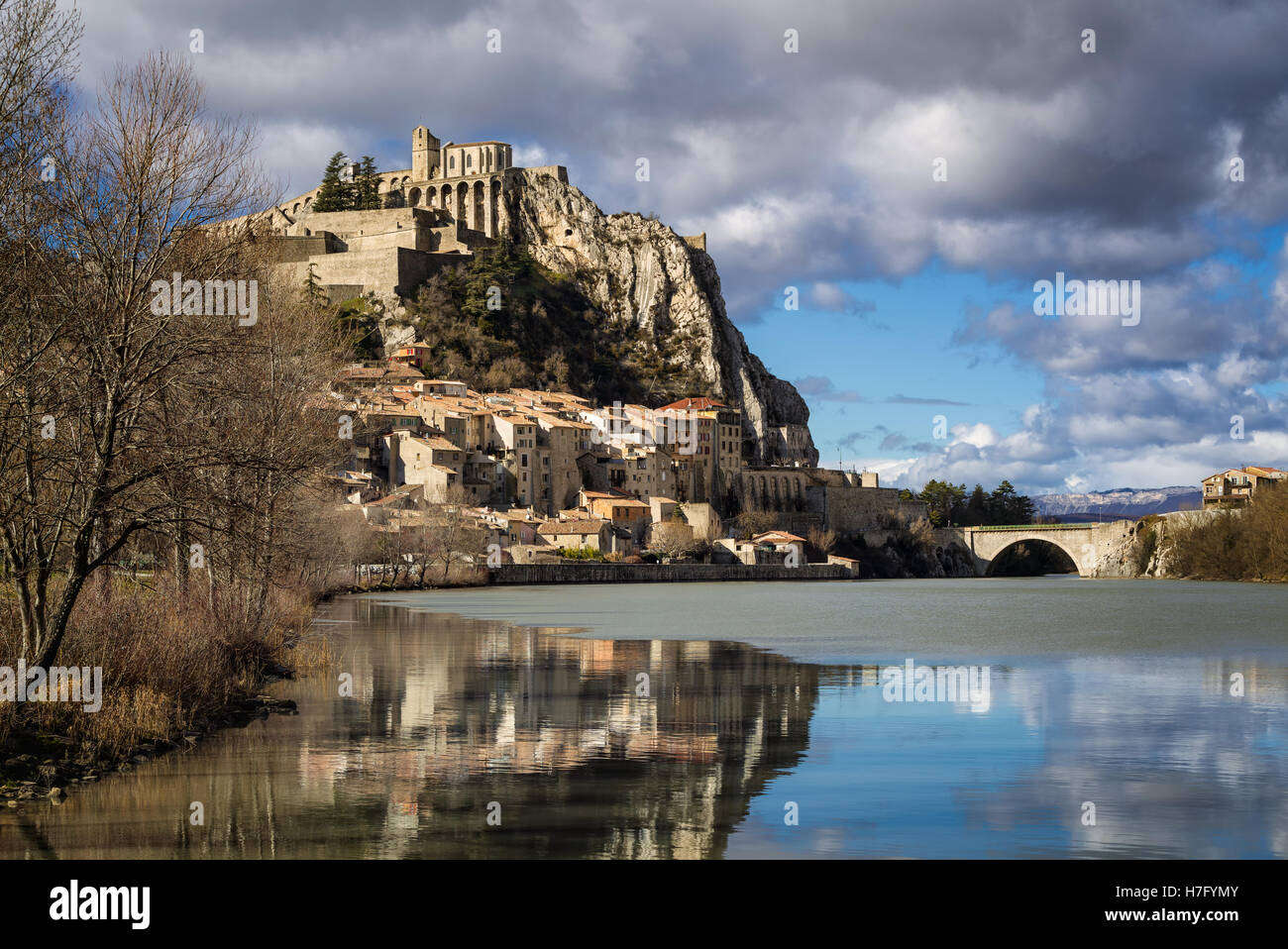 Sisteron Citadel, its fortifications and Durance River with clouds in winter. Alpes de Haute Provence, Southern - Stock Image