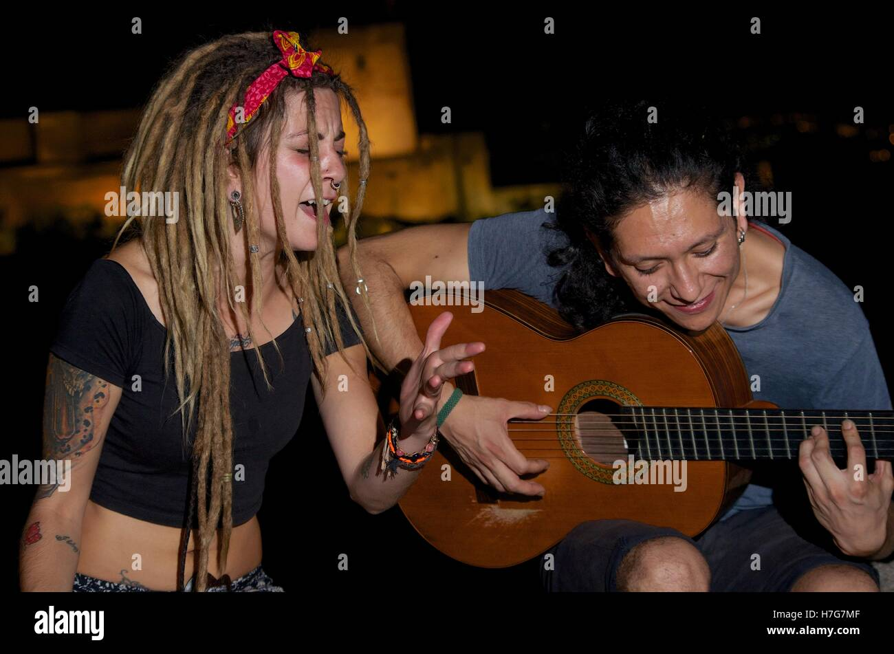Flamenco singer and guitarist perform in Granada's Albaicin - Stock Image