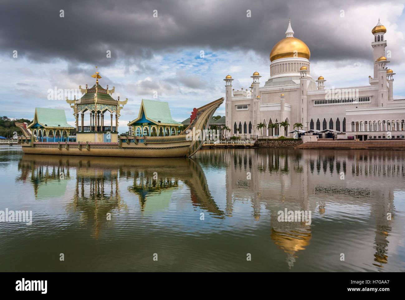 Sultan Omar Ali Saifuddin Mosque, Bandar Seri Begawan, Brunei, Southeast Asia - Stock Image