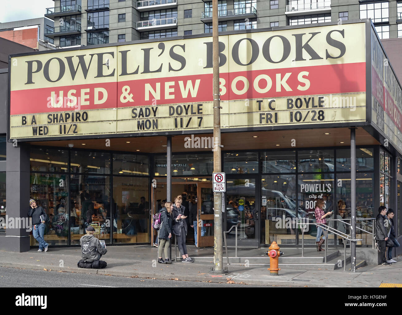 Entrance of the famous Powell's Books in Portland, Oregon, crowded with customers and passer byers. - Stock Image