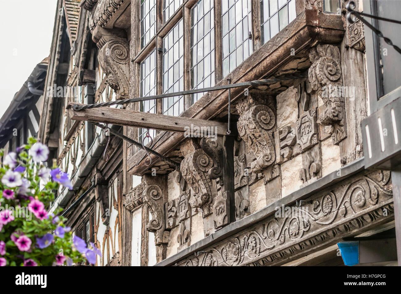 Artful detail at house in Stratford upon Avon, Warwickshire, England   Kunstvolle Details an einem historischen - Stock Image
