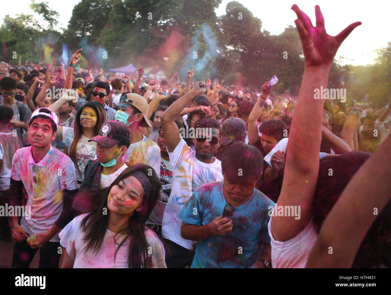 Yangon, Myanmar. 5th Nov, 2016. People celebrate the Color Festival in Yangon, Myanmar, Nov. 5, 2016. Credit:  U - Stock Image