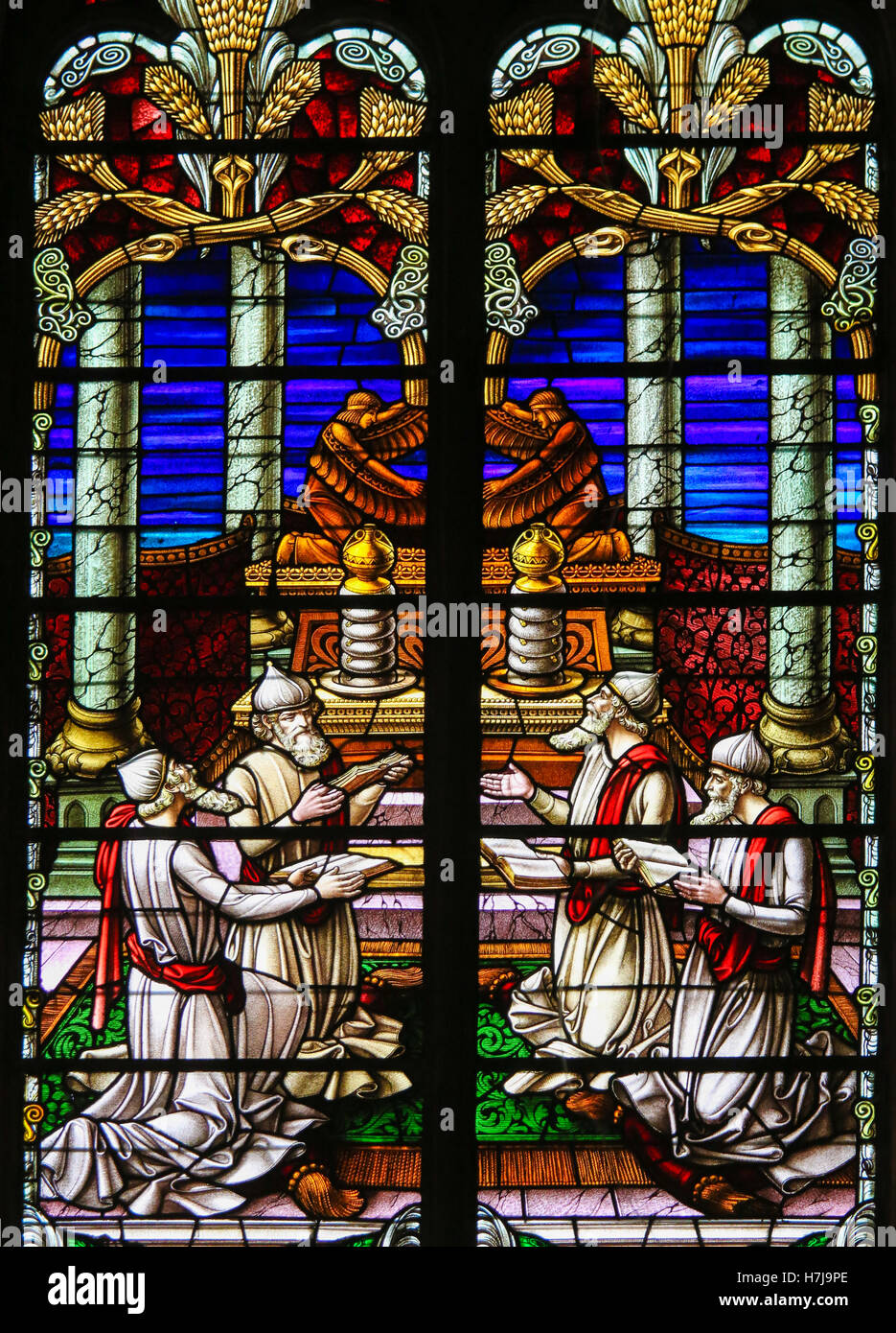 Stained Glass window depicting four Rabbis reading the Torah scrolls, in the Cathedral of Saint Rumbold in Mechelen, - Stock Image