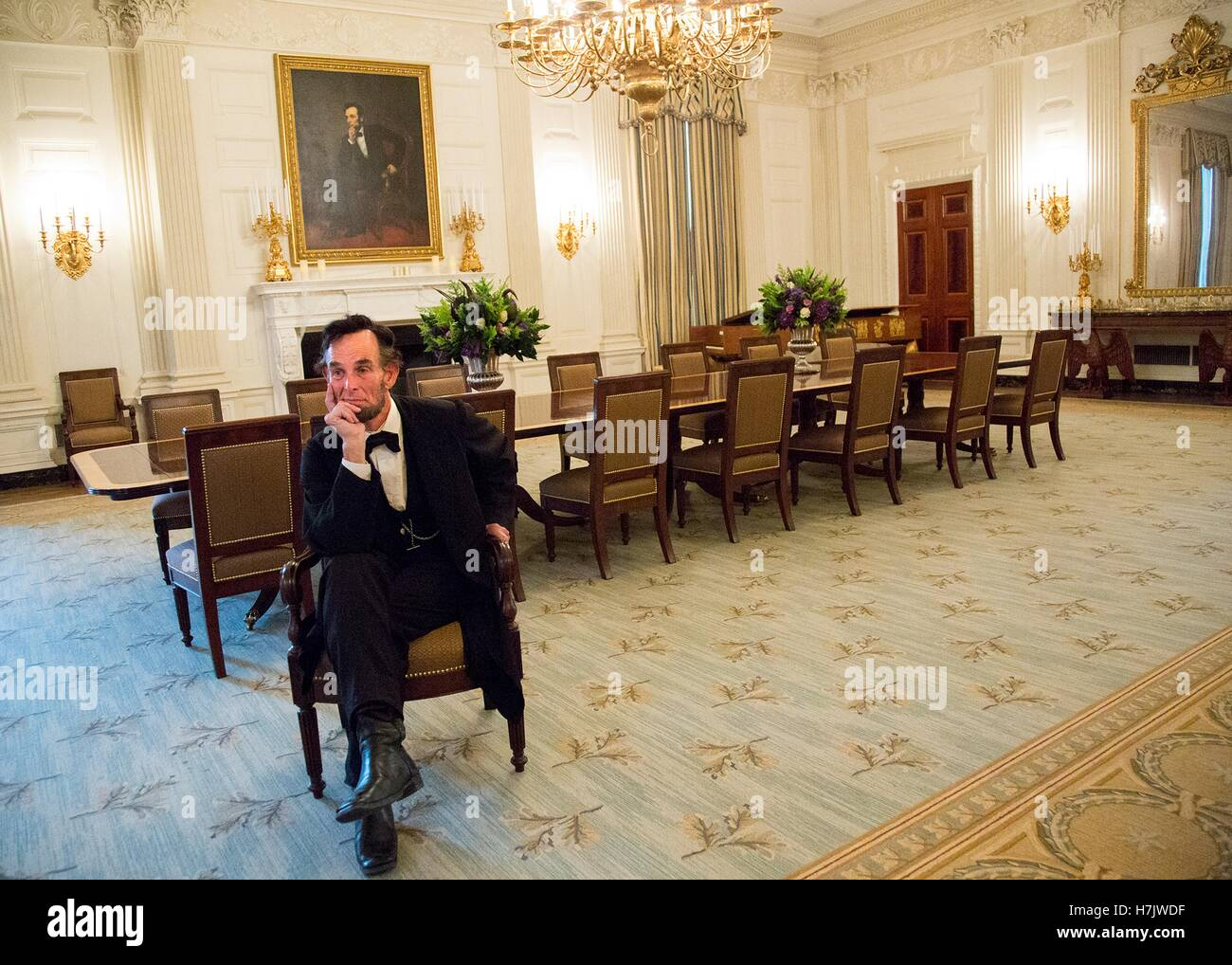 President Abraham Lincoln re-enactor Fritz Klein poses by the famous Lincoln portrait in the White House State Dining - Stock Image
