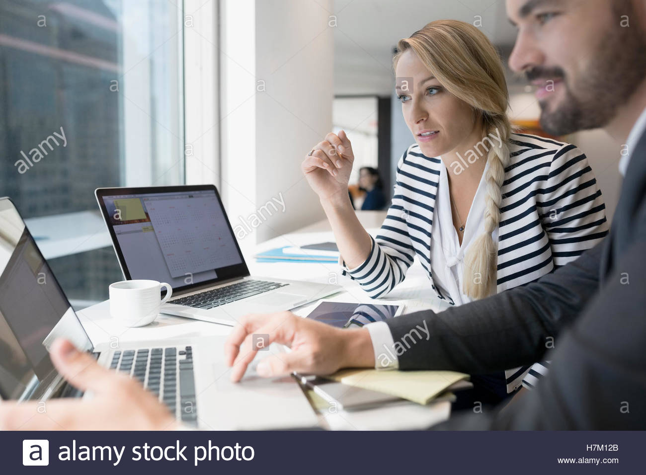 Business people working at laptop - Stock Image