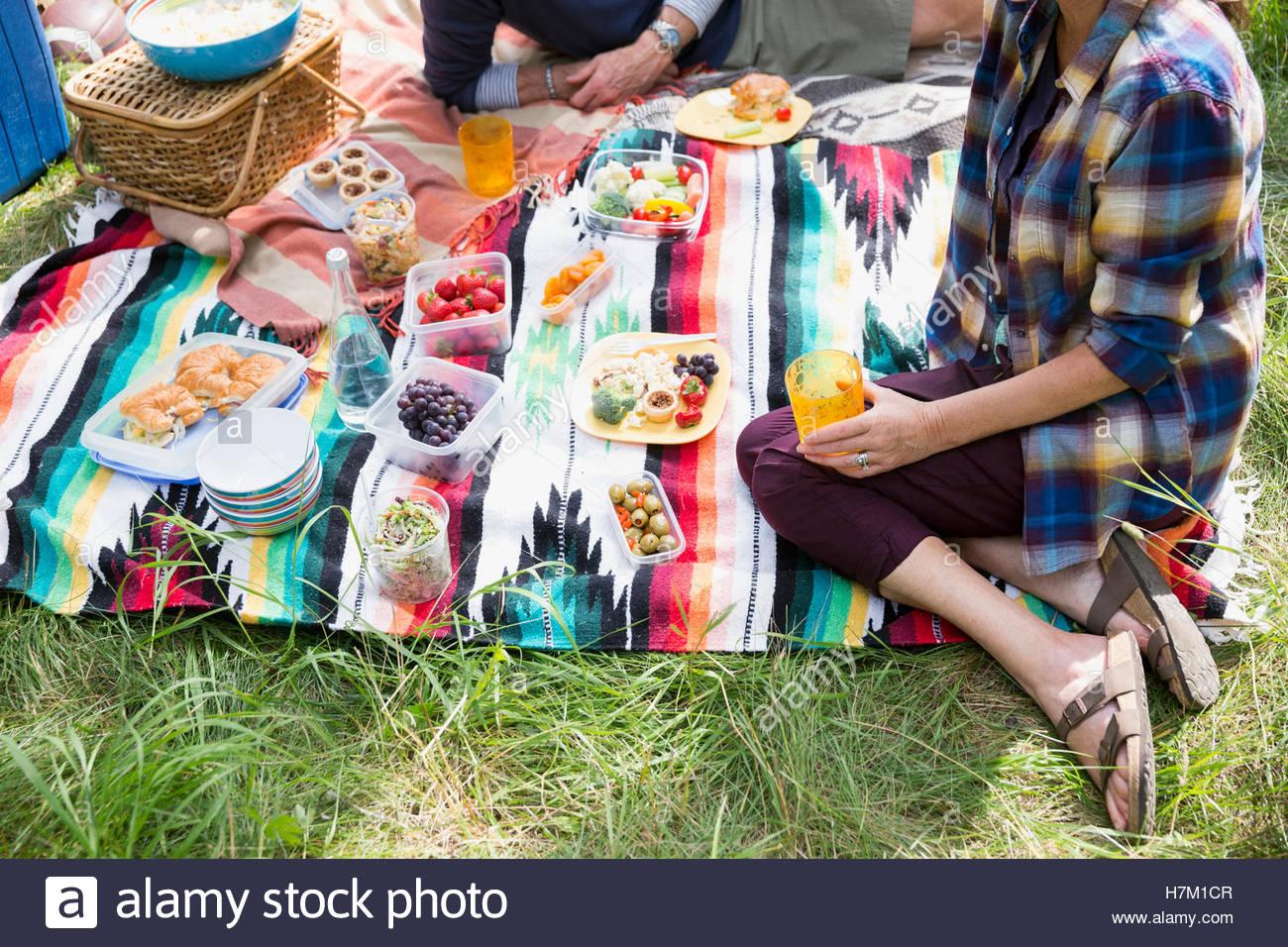 Couple enjoying picnic on blanket - Stock Image
